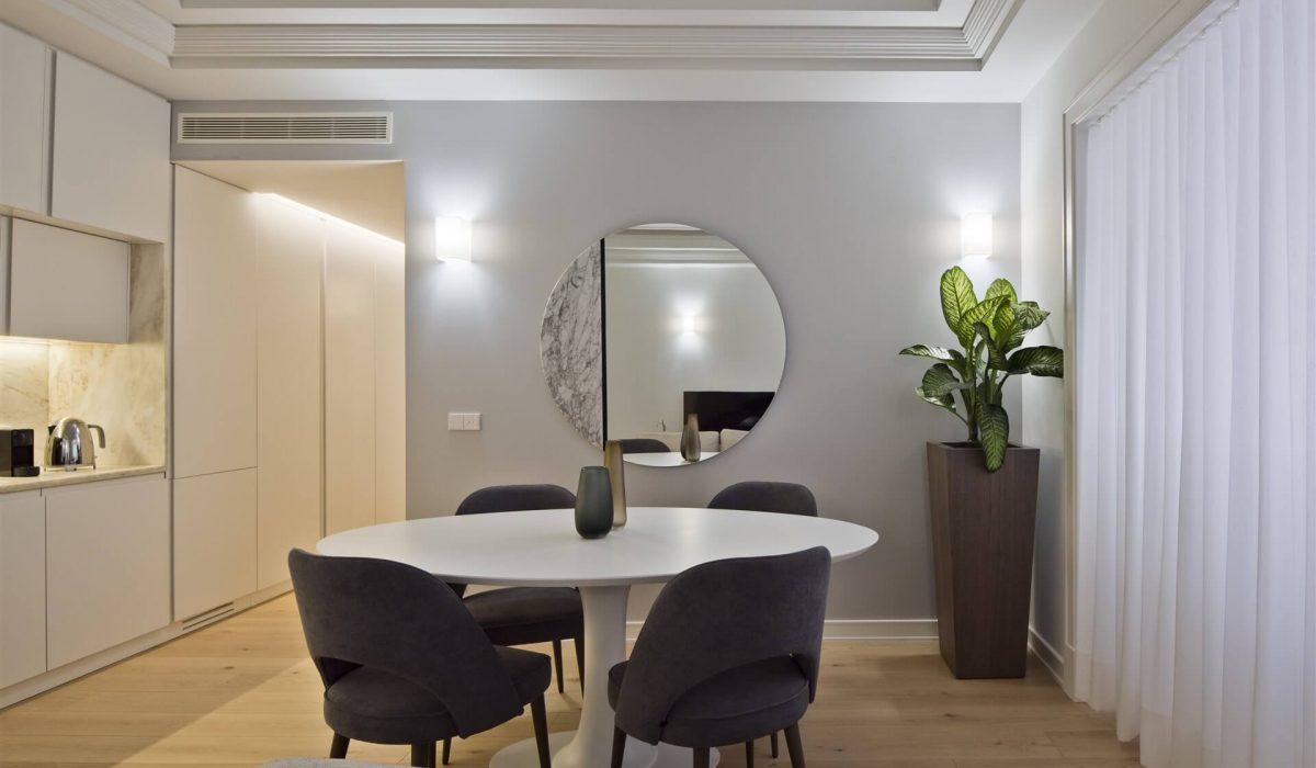 sofa sala de jantar cadeira cinza espelho parede mesa oval (2)