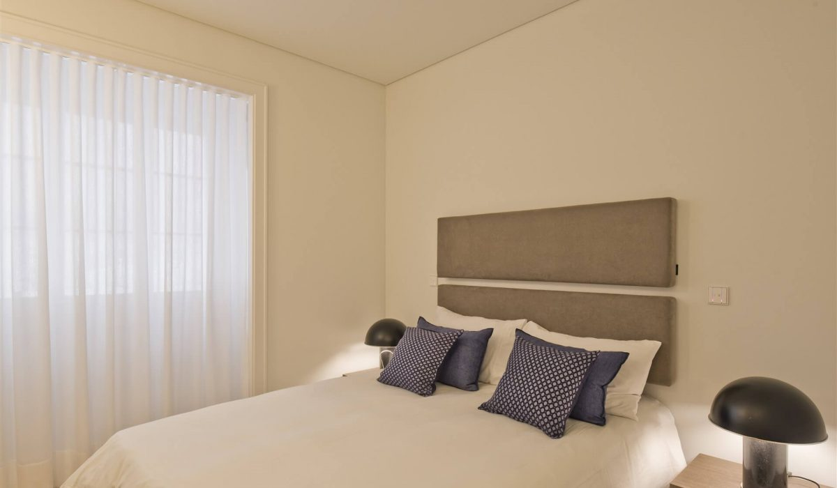 sommier estofado mesas de cabeceira quarto pequeno cabeceira parede (1)